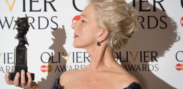 28.abr.2013 - A atriz britânica Helen Mirren posa com seu prêmio de melhor atriz no Lawrence Olivier Awards, premiação de teatro na Royal Opera House de Londres - Leon Neal/AFP Photo