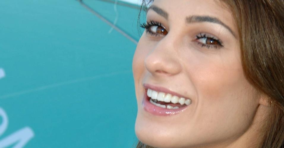 28.abr.2013 - A grid girl Michelle sorri ao posar para foto durante a prova da Stock Car no autódromo de Tarumã