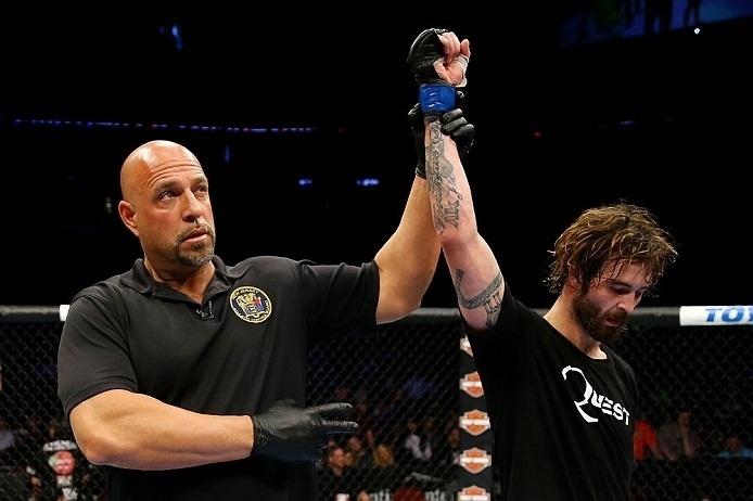 28.abr.2013  - Árbitro Dan Miragliotta anuncia Cody McKenzie como vencedor da luta contra Leonard Garcia no UFC 159