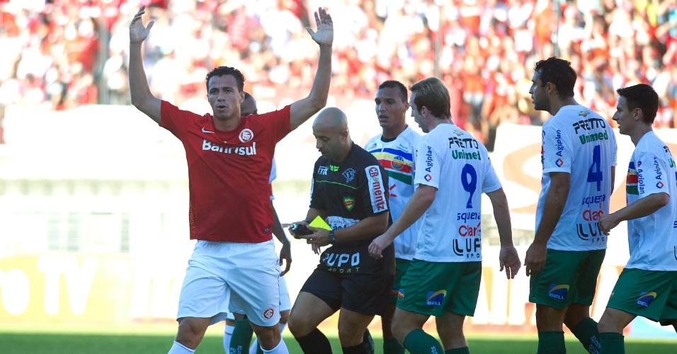 28.abr.2013 - Atacante Leandro Damião, do Internacional, reclama durante o jogo contra o Veranópolis, pela semifinal do Campeonato Gaúcho