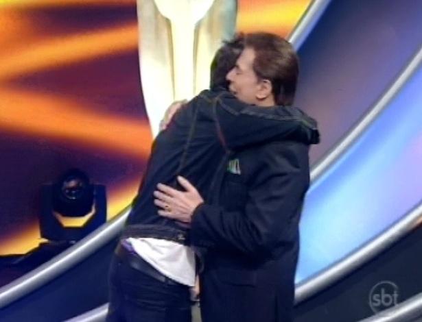 28.abr.2013 - Chay Suede abraça Silvio Santos durante o Troféu Imprensa 2013