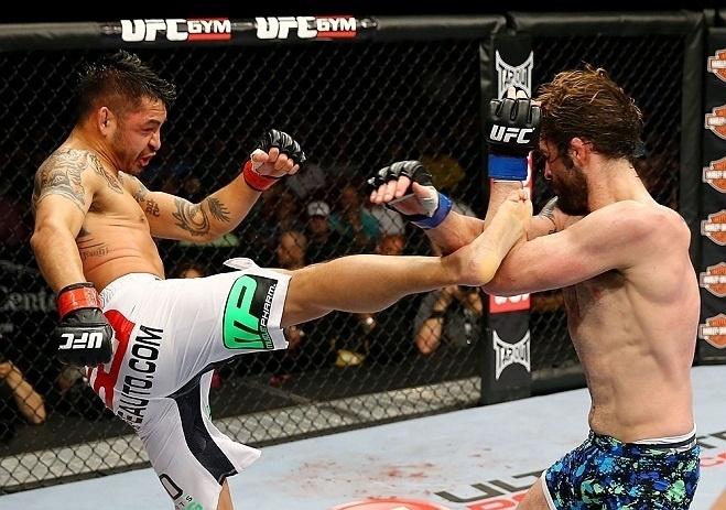 28.abr.2013 - Cody McKenzie (d.) bloqueia o chute de Leonard Garcia durnte luta no UFC 159
