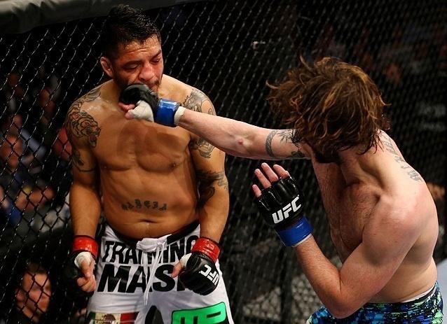 28.abr.2013 - Cody McKenzie (d.) soca Leonard Garcia durante luta no UFC 159