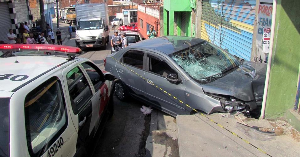 28.abr.2013 - Duas crianças que estavam em uma calçada no bairro Parada de Taipas, na zona norte de São Paulo, foram atropeladas neste domingo (28) por um adolescente de 17 anos que dirigia um carro roubado. Uma das crianças está internada em estado grave no Hospital das Clínicas; a outra teve ferimentos leves. O menor estava fugindo da polícia quando perdeu o controle do veículo e atingiu as crianças