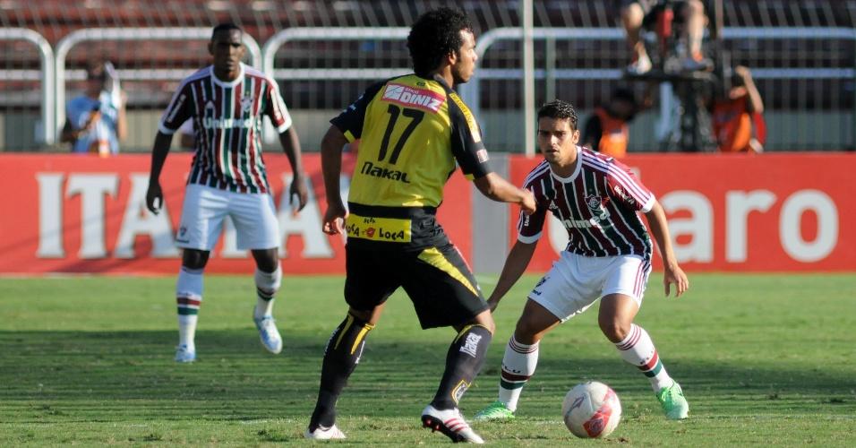 28.abr.2013 - Jean (dir) e Digão, do Fluminense, se aplicam na marcação durante jogo contra o Volta Redonda, pela semifinal do Campeonato Carioca