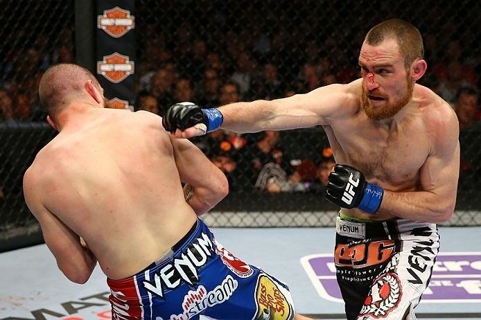 28.abr.2013 - Jim Miller (e.) escapa de soco de Pat Healy (d.) em luta do UFC 159