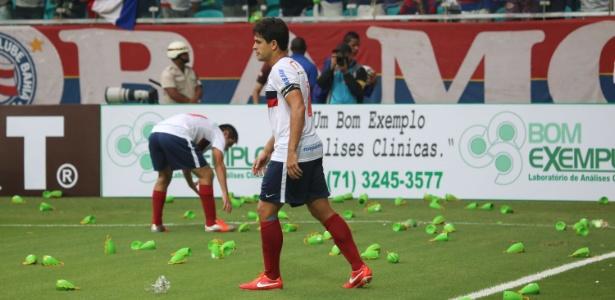 Caxirolas foram proibidas nos estádios após serem atiradas em campo pela  torcida ... ef0139c98780e
