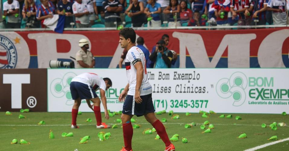 28.abr.2013 - Jogadores do Bahia recolhem caxirolas atiradas em campo pela torcida tricolor, na Arena Fonte Nova