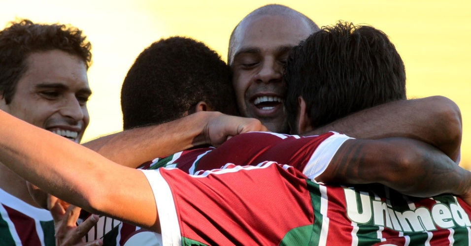 28.abr.2013 - Jogadores do Fluminense comemoram após Rafael Sóbis abrir o placar contra o Volta Redonda, pela semifinal do Campeonato Carioca