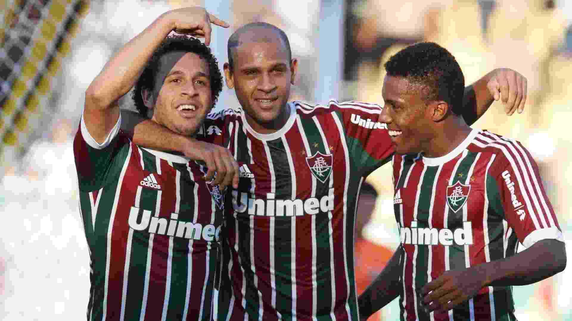 28.abr.2013 - Jogadores do Fluminense comemoram após Wellington Nem (esq) marcar o segundo do Fluminense contra o Volta Redonda, pela semifinal do Campeonato Carioca - Rossana Fraga/Photocamera
