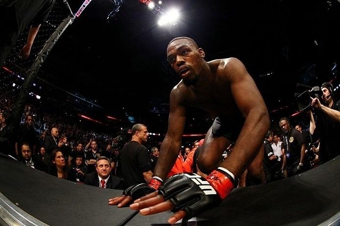 28.abr.2013 - Jon Jones entra no octógono para a luta contra Chael Sonnen, a última da noite do UFC 159