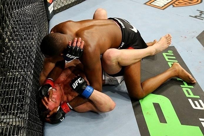 28.abr.2013 - Jon Jones tenta golpe no chão contra Chael Sonnen na última luta do UFC 159