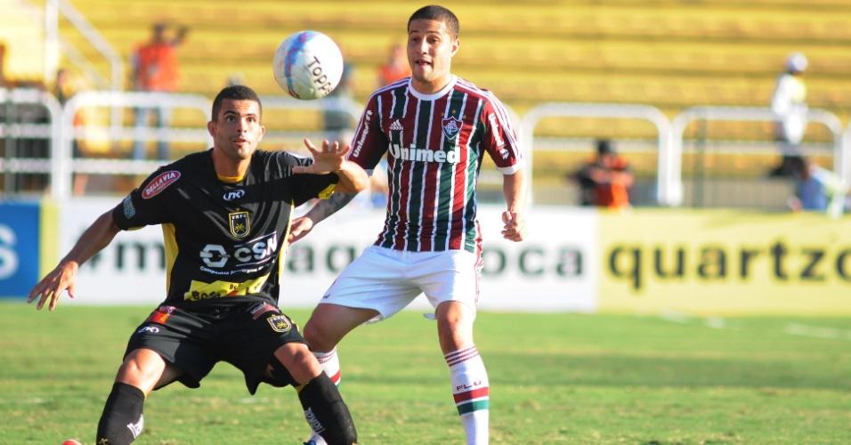 28.abr.2013 - Lateral Bruno (dir), do Fluminense, se aplica na marcação durante jogo contra o Volta Redonda, pela semifinal do Campeonato Carioca