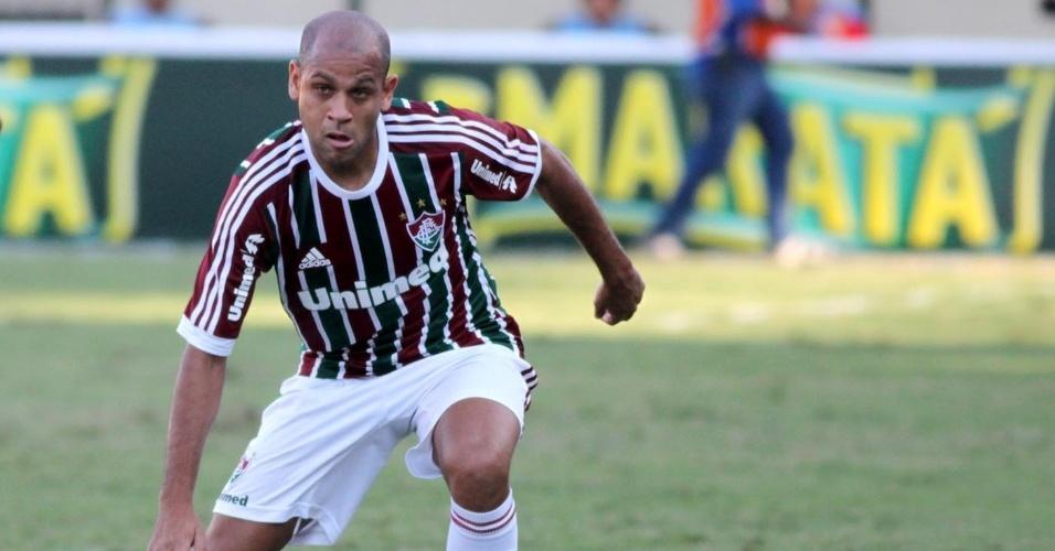 28.abr.2013 - Lateral Carlinhos, do Fluminense, tenta drible durante jogo contra o Volta Redonda, pela semifinal do Campeonato Carioca