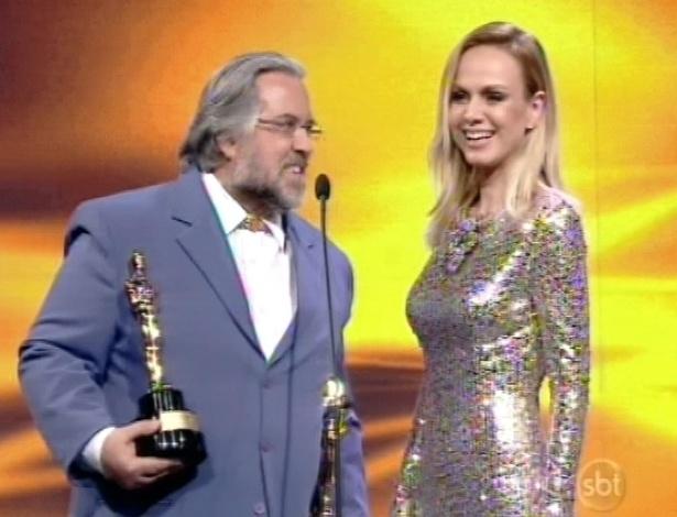 28.abr.2013 - Leão Lobo entrega prêmios a Eliana no Troféu Imprensa 2013