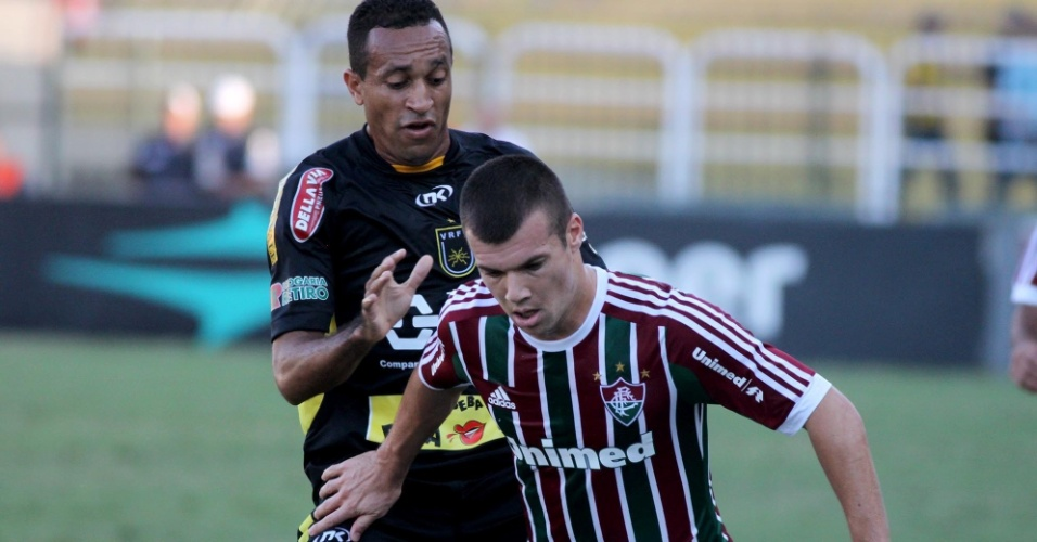 28.abr.2013 - Meia Wagner, do Fluminense, protege a bola durante jogo contra o Volta Redonda, pela semifinal do Campeonato Carioca