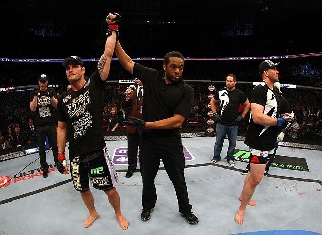 28.abr.2013 - Michael Bisping é anunciado vencedor da luta contra Alan Belcher no UFC 159