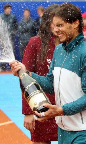 28.abr.2013 - Nadal comemora com espumante após conquistar seu oitavo título  no Torneio de Barcelona sobre o compatriota Nicolás Almagro