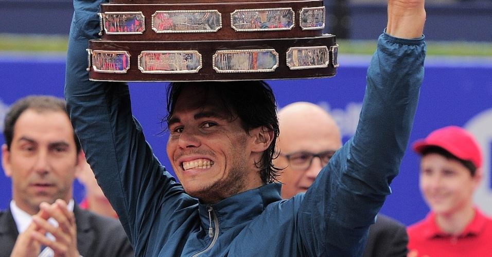 28.abr.2013 - Nadal exibe troféu conquistado após vencer o ATP 500 de Barcelona na vitória por 2 sets a 0 sobre Nicolás Almagro. Este é o oitava título de Nadal na competição