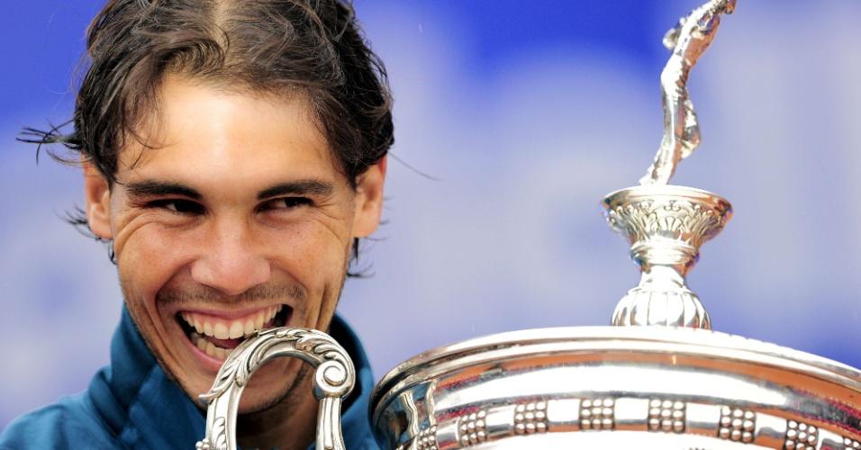 28.abr.2013 - Nadal morde  troféu conquistado após vencer o ATP 500 de Barcelona