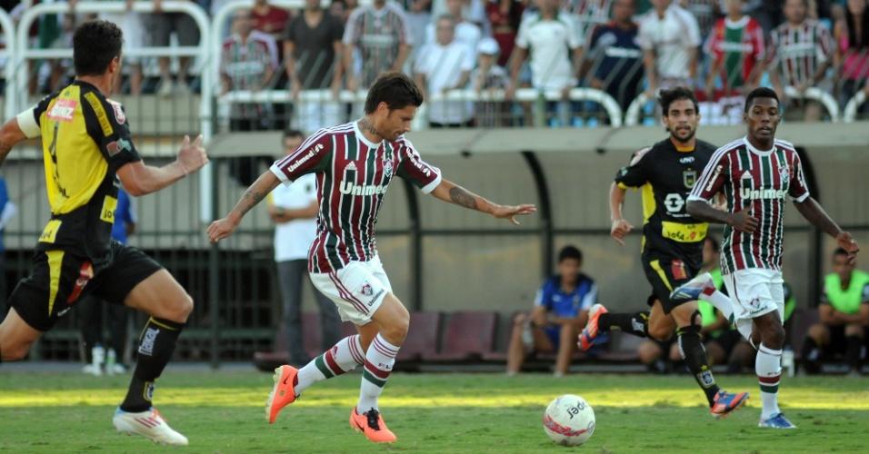 28.abr.2013 - Rafael Sóbis, do Fluminense, tenta finalização durante jogo contra o Volta Redonda, pela semifinal do Campeonato Carioca