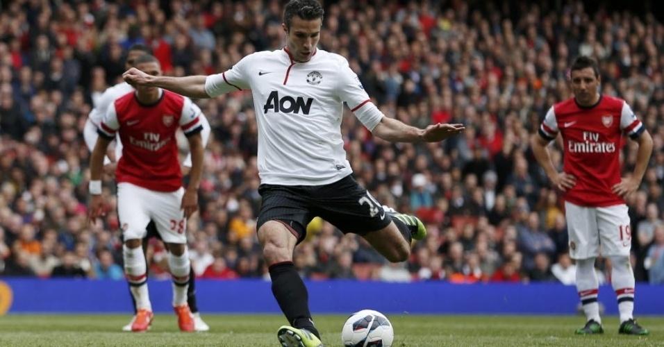 28.abr.2013 - Robin Van Persie marca de pênalti gol do Manchester United no clássico contra o Arsenal
