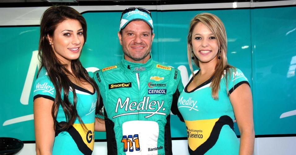 28.abr.2013 - Rubens Barrichello, 20° colocado na prova da Stock Car em tarumã, posa com grid girls