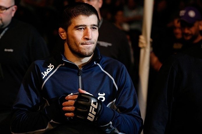 28.abr.2013 - Rustam Khabilov se prepara para entrar no octógono para a luta contra Yancy Medeiros no UFC 159