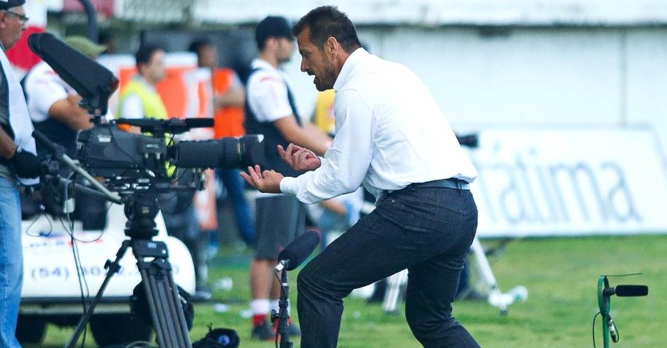 28.abr.2013 - Técnico Dunga, do Internacional, se exalta durante a vitória por 1 a 0 sobre o Veranópolis, pela semifinal do Campeonato Gaúcho
