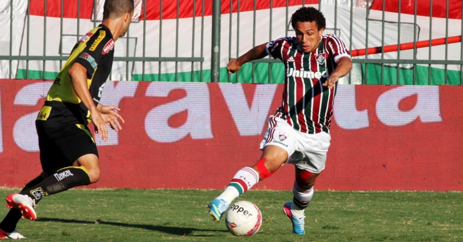28.abr.2013 - Wellington Nem (dir), do Fluminense, tenta arrancada durante o jogo contra o Volta Redonda, pela semifinal do Campeonato Carioca