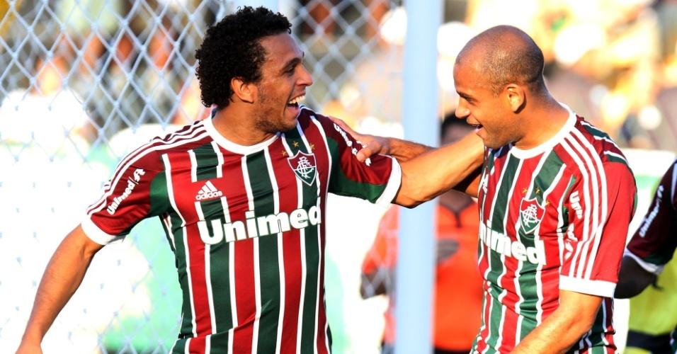 28.abr.2013 - Wellington Nem (esq) comemora após fazer o segundo do Fluminense contra o Volta Redonda, pela semifinal do Campeonato Carioca