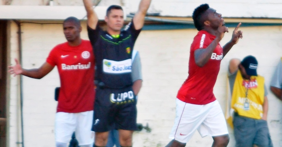 28.abr.2013 - Willians (dir), do Internacional, comemora após abrir o placar contra o Veranópolis, pela semifinal no Campeonato Gaúcho