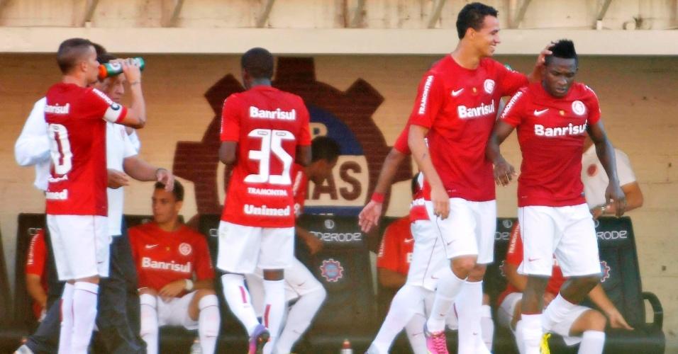 28.abr.2013 - Willians (dir), do Internacional, é cumprimentado por Leandro Damião após abrir o placar contra o Veranópolis, pela semifinal no Campeonato Gaúcho