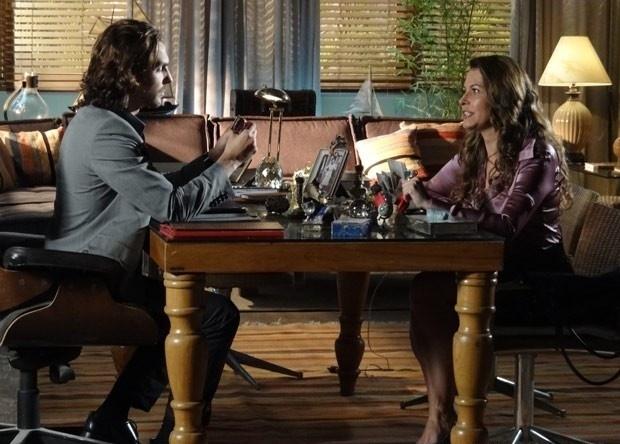 """29.abr.2013 - Em """"Flor do Caribe"""", Alberto arma plano para espionar os encontros de Ester e Cassiano"""