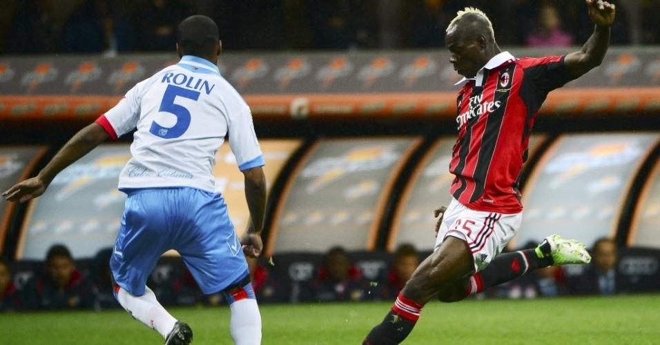 Balotelli arrisca chute em duelo do Milan contra o Catania, pelo Italiano. O Milan começou perdendo, mas venceu a partida por 4 a 2