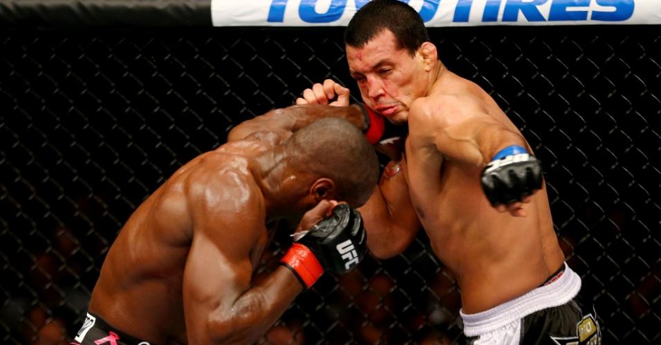 Brasileiro Vinny Magalhães (dir.) foi dominado por Phil Davis e perdeu por pontos no UFC 159