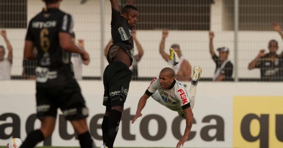 Emerson salta durante duelo do Corinthians contra a Ponte, em Campinas