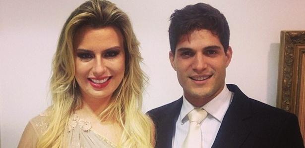 Ex-BBB André leva a namorada, a também ex-BBB Fernanda no casamento da irmã