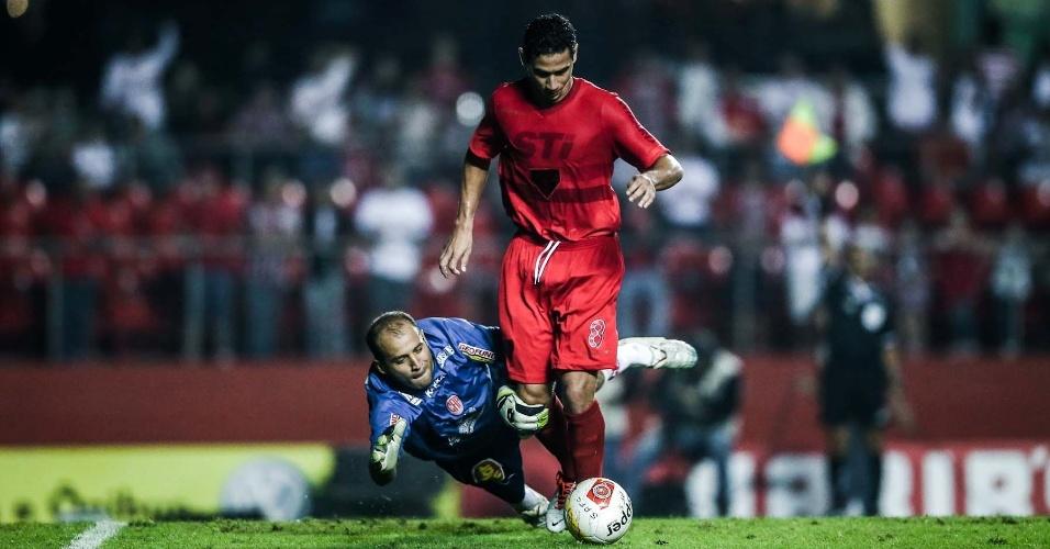 Ganso dribla o goleiro Marcelo, mas jogada já havia sido paralisada