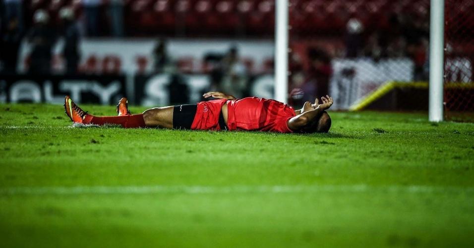 Luis Fabiano lamenta chance perdida contra o Penapolense