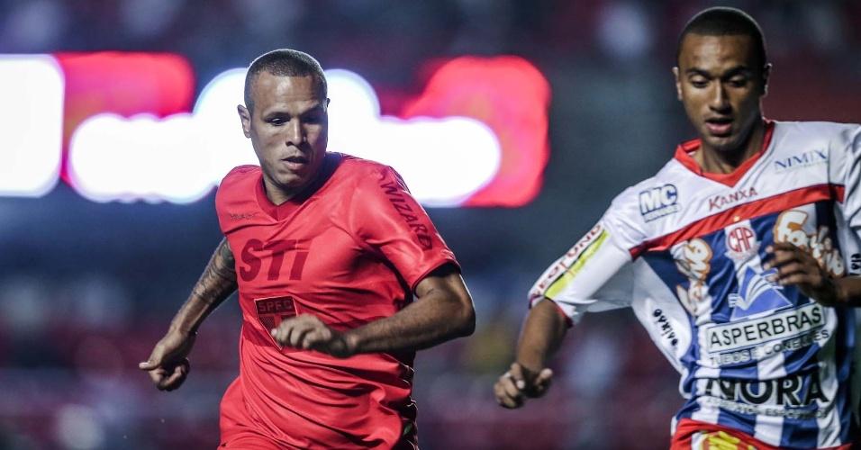 Luis Fabiano veste uniforme todo vermelho, conforme campanha