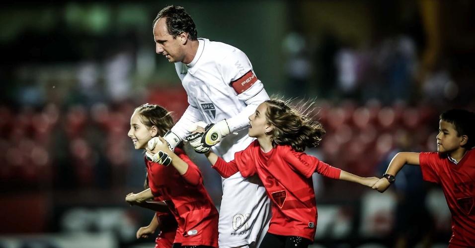 Rogério Ceni entra acompanhado das filhas no Morumbi. Vencedor do duelo contra o Penapolense encarará o Corinthians nas semis