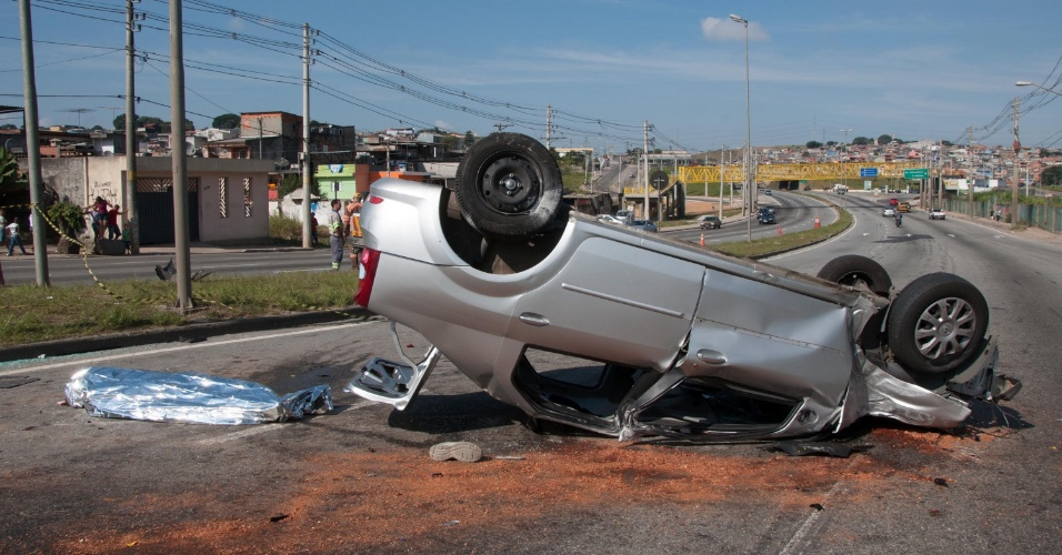 Um carro conduzido por assaltantes em fuga se envolveu em um grave acidente com outro veículo na manhã deste domingo, em São Miguel Paulista, na zona leste da cidade de São Paulo. O segundo automóvel estava ocupado por uma família, a criança que estava no carro sofreu traumatismo craniano, e foi socorrida pelo helicóptero do Águia