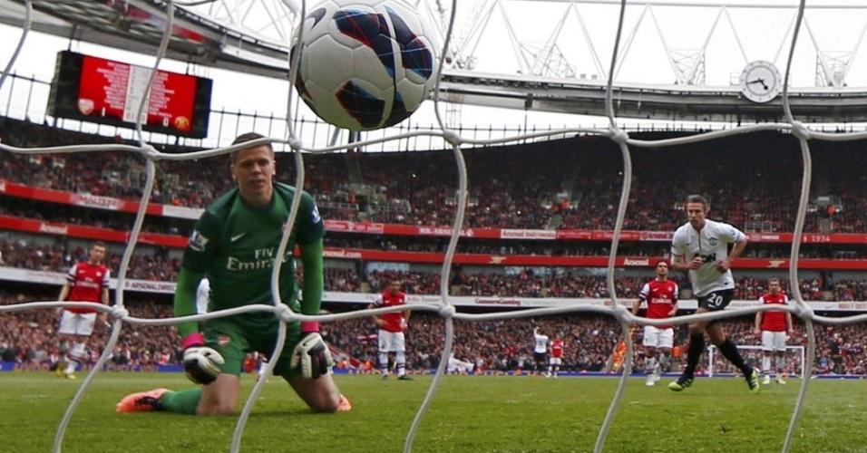 Van Persie, do Manchester United, empata a partida contra o seu ex-clube, Arsenal, em duelo pelo Campeonato Inglês