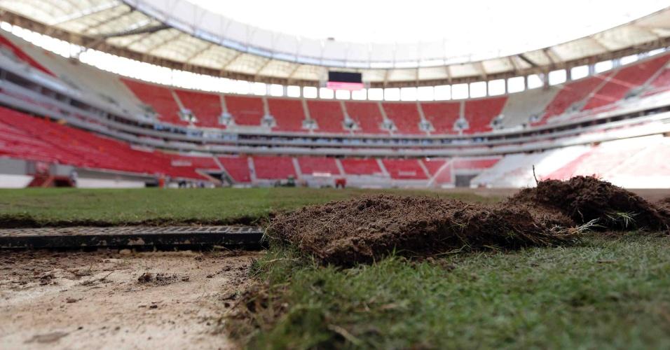 28.abr.2013 - Estádio Mané Garrincha, em Brasília, já recebe partes do gramado