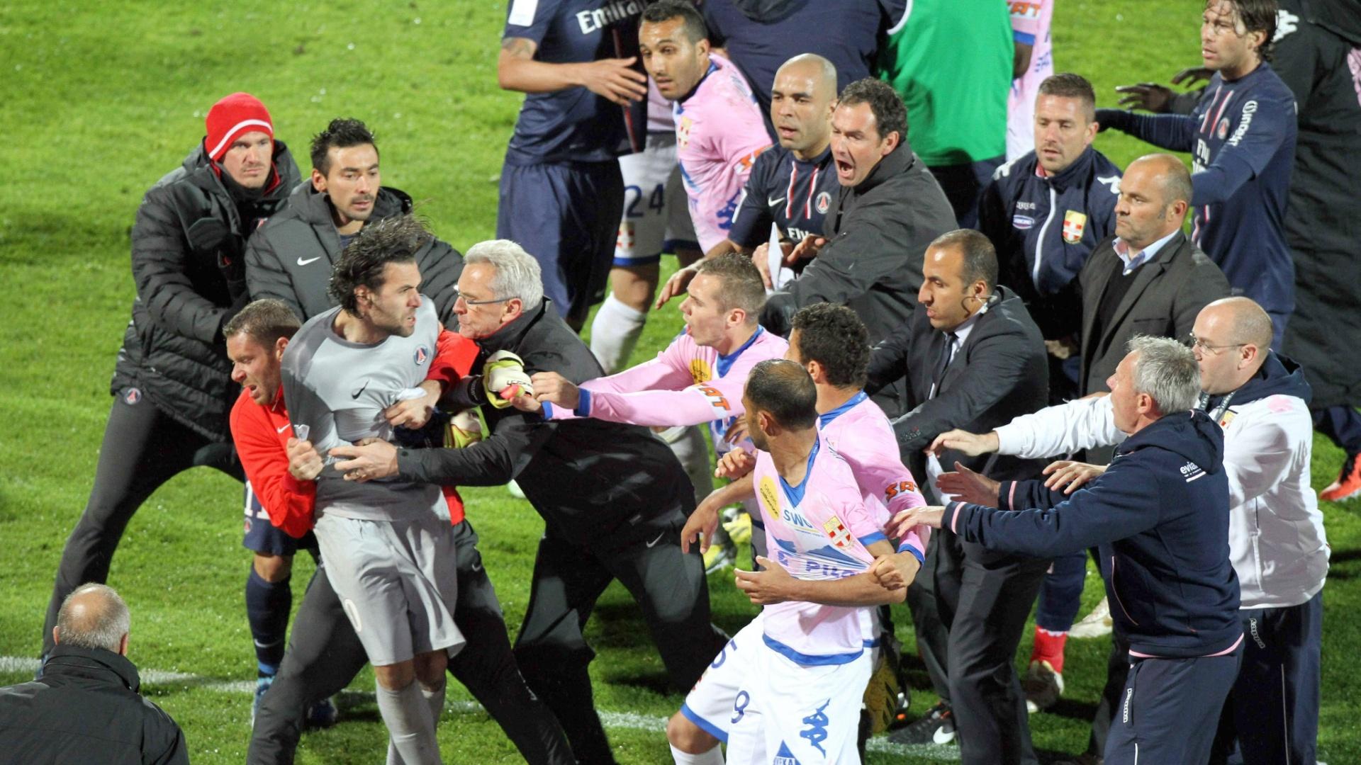 28.abr.2013 - Jogadores de Paris Saint-Germain e Évian se desentendem e brigam durante jogo do Campeonato Francês
