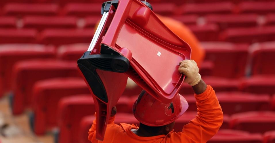 28.abr.2013 - Operário carrega uma das cadeiras que serão instaladas no estádio Mané Garrincha, em Brasília