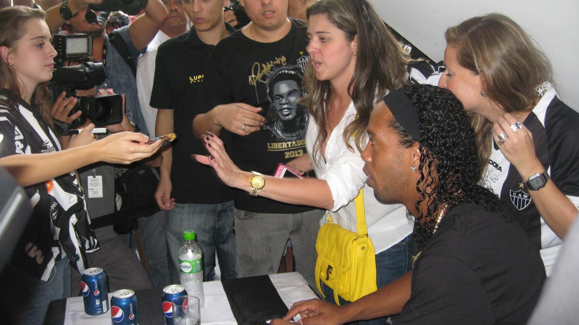 29/04/2013 - Ronaldinho Gaúcho cercado por fãs durante lançamento de produtos com sua marca