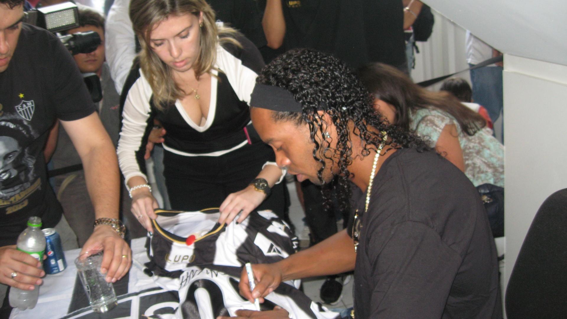 29/04/2013 - Ronaldinho Gaúcho dá autógrafo em camisas do Atlético-MG