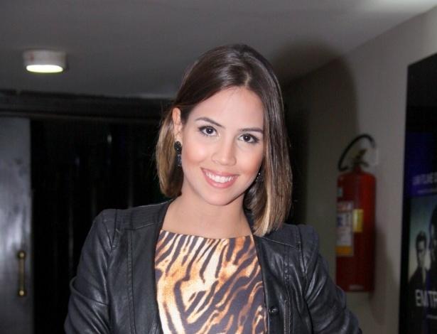"""29.abr.2013 -  A atriz Pérola Faria comparece ao lançamento do filme """"Em Transe"""", no cine Leblon, no Rio"""